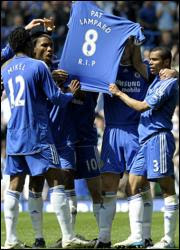 Chelsea players pays a tribute to Frank Lampard's mother