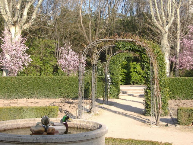Conocer madrid jardines del campo del moro y de sabatini for Jardines de campo