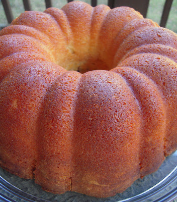 7UP Pound Cake - classic pound cake that is sure to please the whole gang! Butter, sugar, eggs, flour, lemon, butter extract and 7UP. This recipe never fails me!! #poundcake #cake #dessert