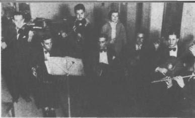 Adolfo Pérez (centro) con su bandoneón, dirigiendo su orquesta en los estudios de Radio Rivadavia (mayo de 1935).
