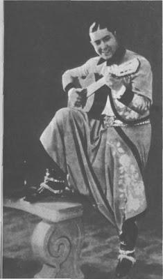 Carlos Gardel con ropas criollas en tiempos de sus primeros triunfos en Europa