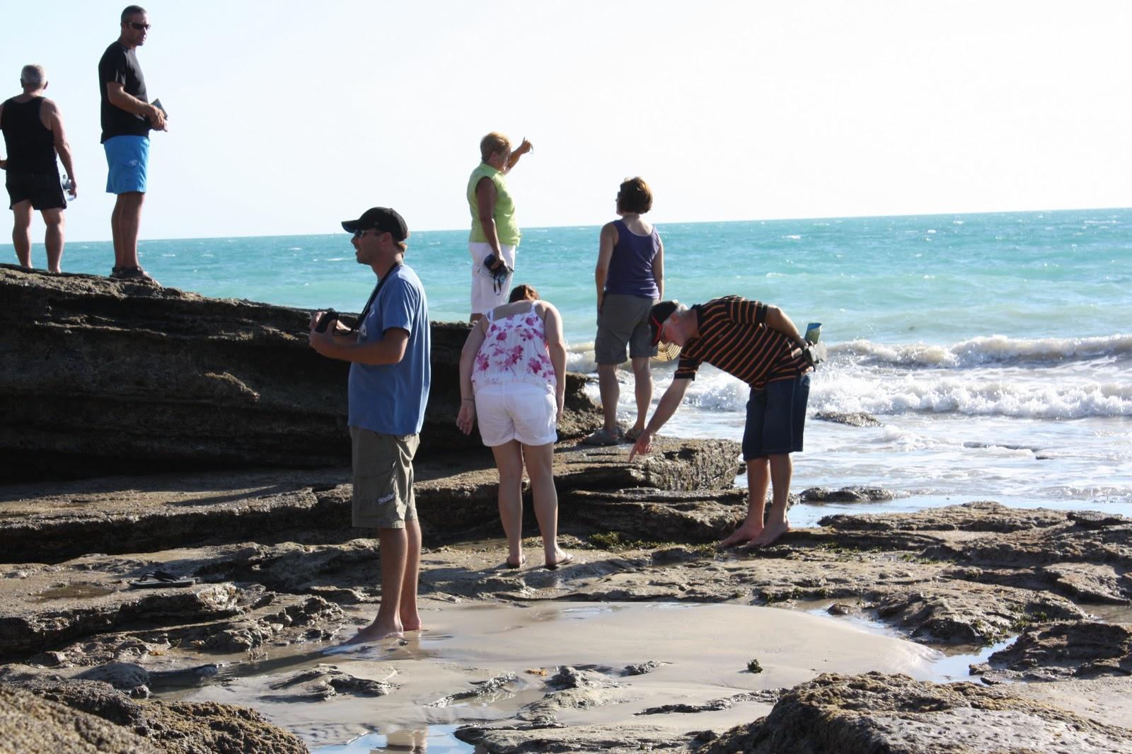 Courage - 八千里路 雲和月: 2010.10.22 Broome – 日出,這些腳印是1億多年前恐龍腳印的化石。 據《每日郵報》報導, 恐龍腳印