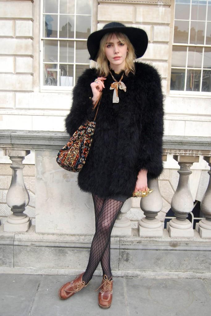 casaco peludão + meia arrastão + sapato masculino    cores preto + marrom +  dourado 0bee27cf028