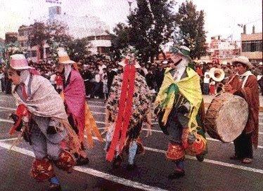 Foto de personas bailando la danza Huaridanza - Vestimenta