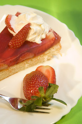 Sweet Dessert Recipes for Picnic: Fresh Strawberry and Gelatine Pie