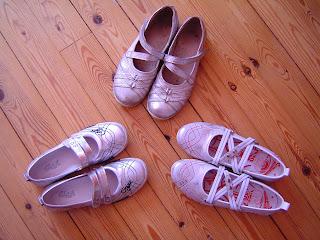 8d79e834867f43 De oudste was vorig jaar al gevallen voor zilver-witte schoenen en nu  hebben haar zusjes ook elk een paar. Ik vind ze ook giga leuk want ze  combineren erg ...
