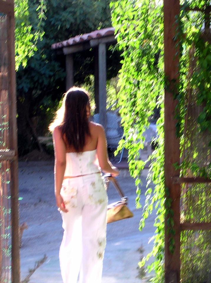 In giardino una ragazza in pausa dal lavoro si abbuffa di cibo giapponese mukbang italiano in versione voyeur - 4 10