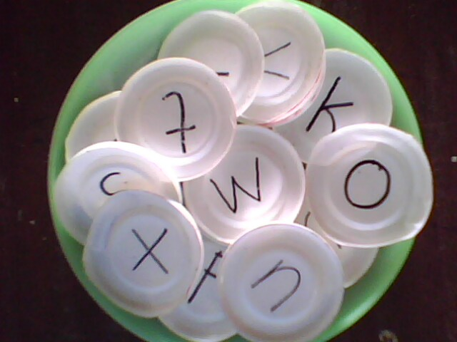 Pembelajarannya  suruh anak menghitung ring bekas gelas dengan  melemparkannya pada tiang pancang yang telah disiapkan. d2fb310342