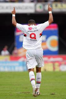 5112e44be9c0d São Paulo  A diretoria confirmou nesta quarta a renovação com o atacante  Washington. Após marcar 32 gols