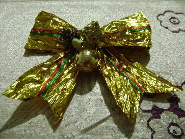 Lazo Navideño Dorado con Cinta Twist
