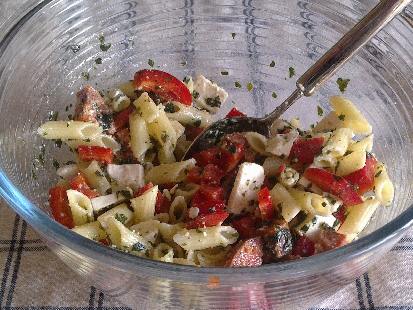 Favoriete Cook & Book: Simpele pastasalade met feta, chorizo en pestodressing &NV34