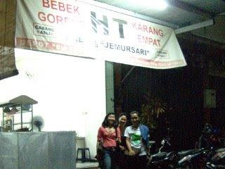Tampak depan warung Bebek HT Surabaya