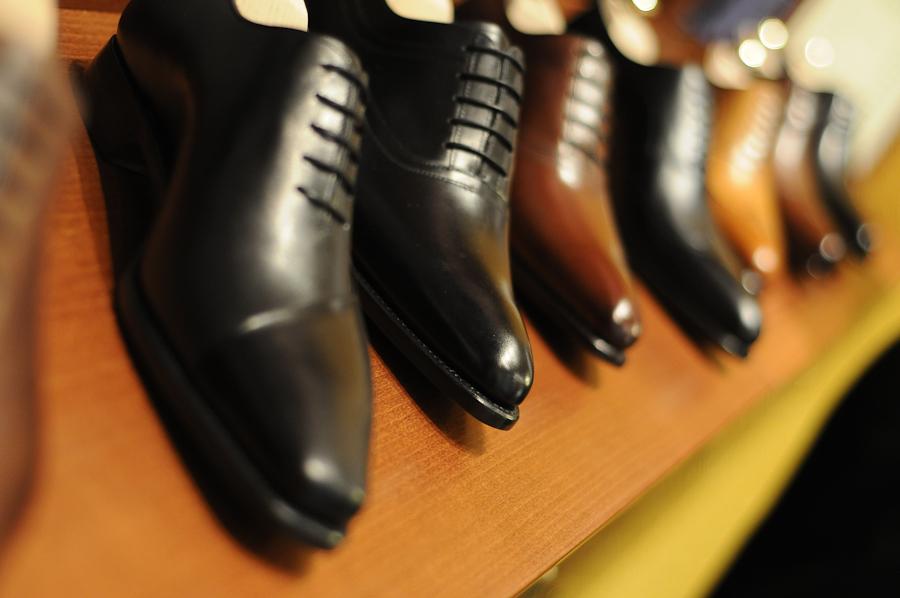 514f16109f10b W przypadku butów cena to 800 zł, czyli znowu drożej niż na świecie. We  Francji i w internetowym sklepie, każdą parę można kupić za 150 euro.