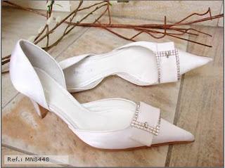 0ec775186 Sapato em cetim, aberto nas laterais com fivela em strass, solado de couro,  salto 7cm. Disponível nas cores: Branco, Preto e Prata nova. REF: MN8448