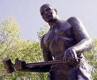 Estátua em homenagem ao lendário John Henry em Talcott, West Virgínia