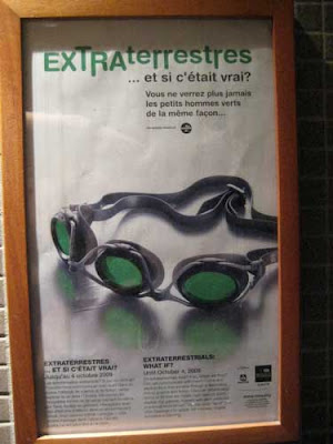 Poster showing swimming goggles with three eyepieces instead of two. Headline says Extraterrestres et si c'etait vrai