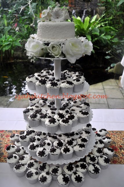 Novi Our Singapore Wanted Her Wedding Cupcakes To Be Simple And Intact So White Frosting Chocolate Daisy Flowers For