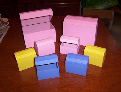 baules medianos de x x cm y baules mini de x x cm realizados en fibrofacil de mm y pintados en colores a eleccin