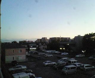 3F自宅からの撮影 下は砂利の駐車場で車が止まっている