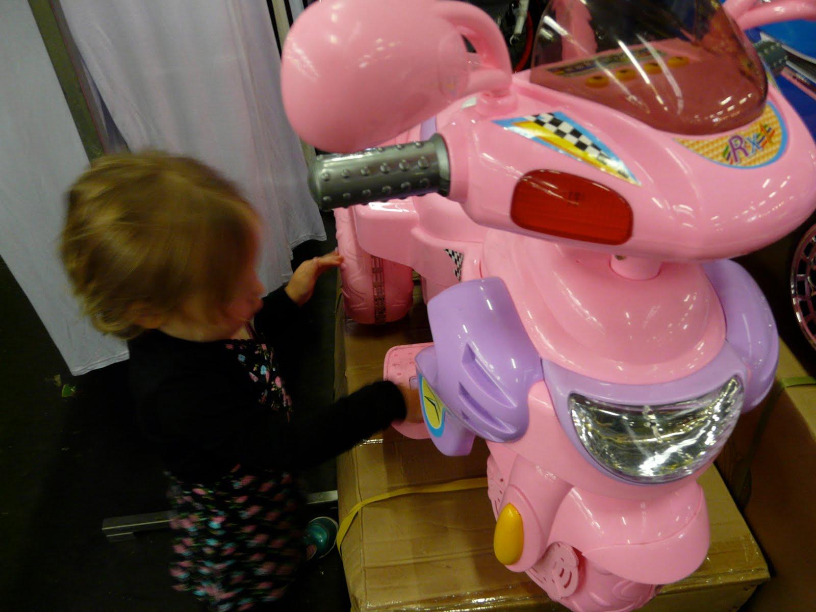 a9d2d2dc81dd48 Ook is er veel afbreekbaar speelgoed met lichtjes. Je kunt er naar de  kapper en je beltegoed opwaarderen. Er is een auto-draai-molen, maar je  kunt er ook ...