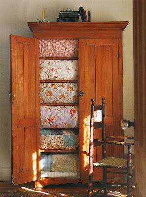 edredons organizados no armario