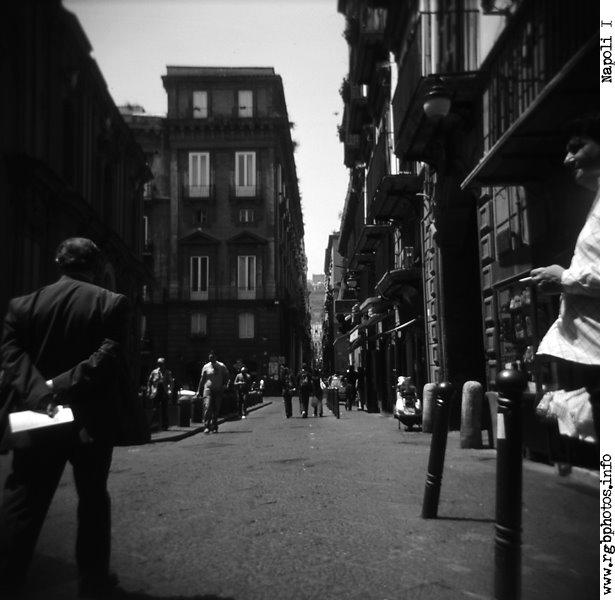 Fotografia in bianco e nero di una via del centro di Napoli. Macchina fotografica Holga 120 CFN, pellicola diapositiva in bianco e nero Agfa Scala