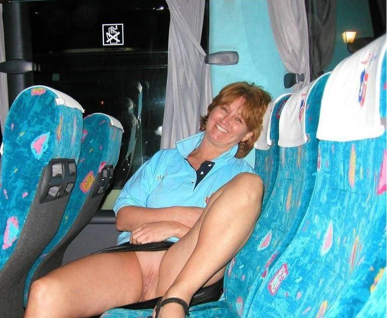 Chica en medias de red sin bragas en el autobús