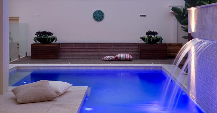 Piscinas en patio interior new casa minimalista for Piscina interior casa