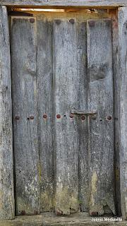 Puerta vieja de clavos