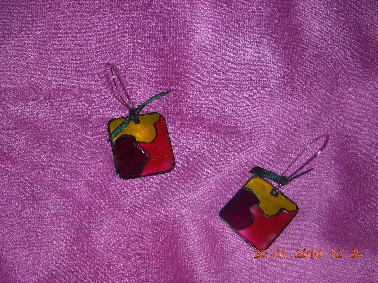 Αυτά τα σκουλαρίκια είναι φτιαγμένα από μέταλλο αλπακά। Το μέταλλο το έχω  κόψει σε τετράγωνα κομμάτια και τα έχω βάψει με σμάλτο σε ροζ μωβ και  κίτρινα ... b08e7b10b63