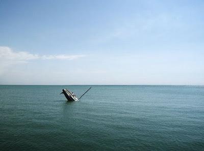 [Image: sunken_yacht_08.jpg]