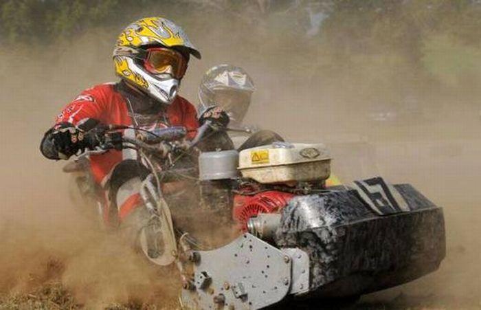 Lawn Mower Racing >> Lawnmower Racing Balapan Mesin Pemotong Rumput