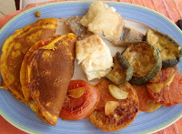 Pescado con tortitas de calabaza, tomate y calabacín