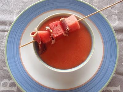 gazpacho de sandía y tomates con brocheta