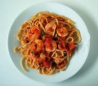 espaguetis con langostinos, tomate y alcaparras