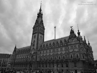Rathaus Hamburg in schwarz,weiß und grau