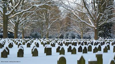 Friedhof im Winter, eingeschneite Grabsteine