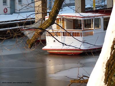 Osterbek Kanal vereist mit Boot