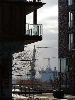 Blick durch die Häuser der Hafencity zum Hamburger Hafen
