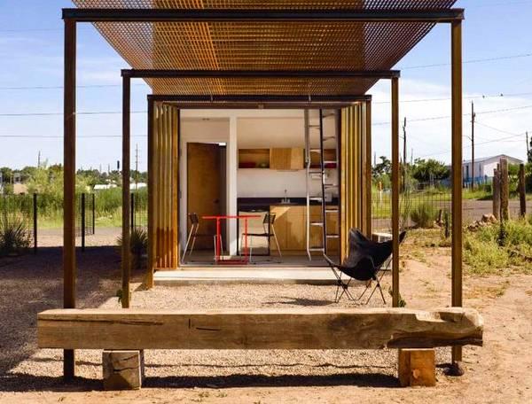 Modelo de casa pequeña económica vista del patio trasero con glorieta