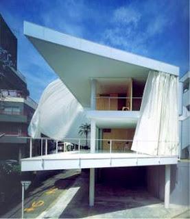 Casa residencial contemporánea minimalista cerrada con cortinas