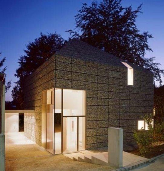 Cabaña moderna hecha de piedras en canastas