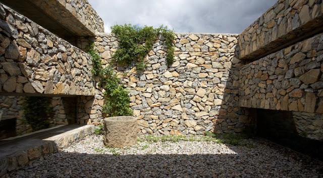 Patio rodeado de muros de piedra seca