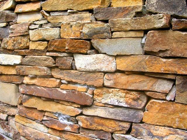Piedra laja apilada en un muro exterior