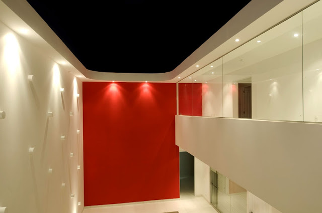 Patio interior de la moderna casa de playa peruana