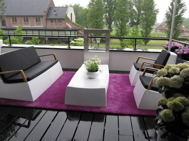 Alfombra de exteriores sobre un deck en un balcón