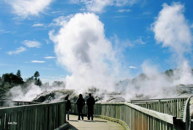 Territorio con emisiones de vapor de agua subterránea calentada en el subsuelo