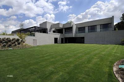 Casa residencial de concreto minimalista en España