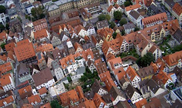 Vista aérea de un sector de una ciudad europea