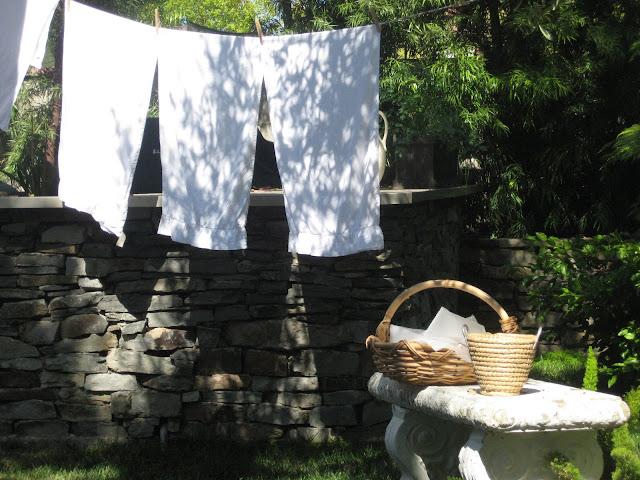 l&l at home - laundry in our garden - image by lb for linenandlavender.net - http://www.linenandlavender.net/2009/07/there-is-nothing-so-lovely.html